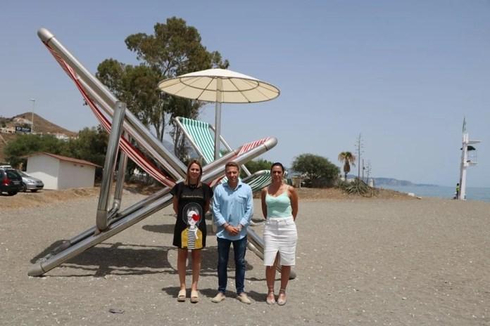 Una sombrilla y dos sillas gigantes, nuevo icono turístico de la playa del Peñoncillo de Torrox