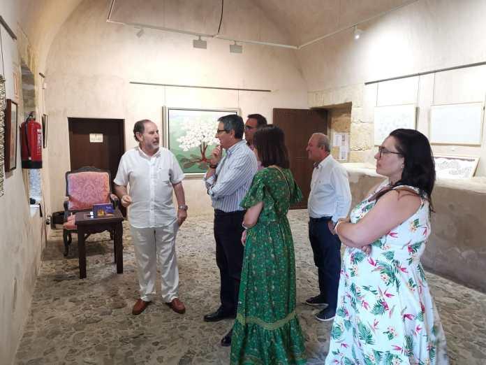 Salado visita la exposición de Evaristo Guerra en la Casa Fuerte Bezmiliana de Rincón de la Victoria
