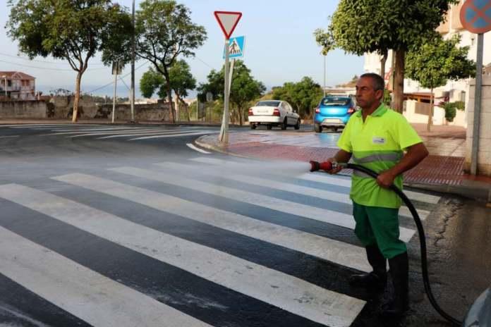 El Ayuntamiento de Torrox continúa el plan de limpieza en el barrio La Rabitilla