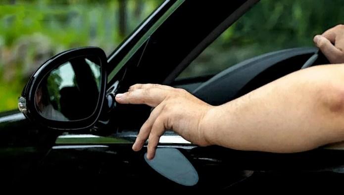 La Policía Nacional detiene a un joven por conducir con una mano su coche mientras sacaba el cuerpo por la ventanilla