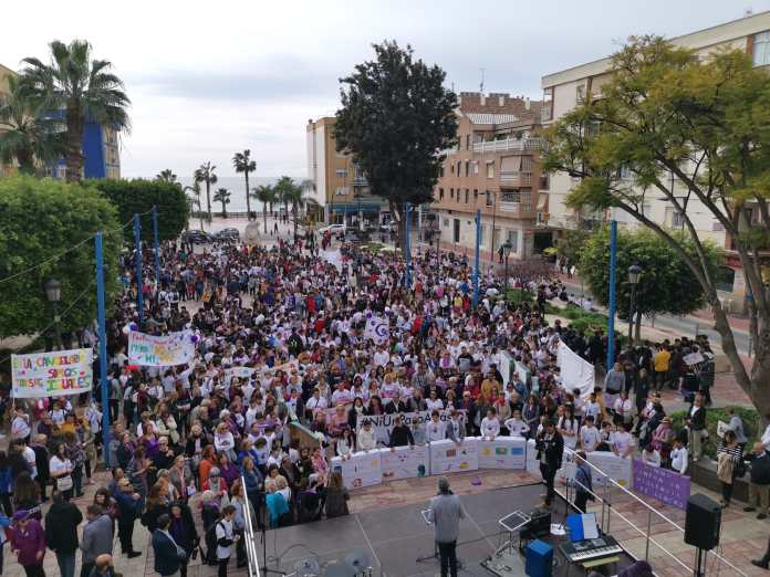Más de 2.000 personas gritan #NiUnaMás en la marcha pacífica de Rincón de la Victoria con motivo del Día Internacional de la Eliminación de la Violencia contra la Mujer
