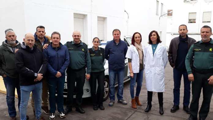 Profesionales del centro de salud de Vélez-Sur vacunan de la gripe a los guardias civiles del cuartel de Vélez-Málaga