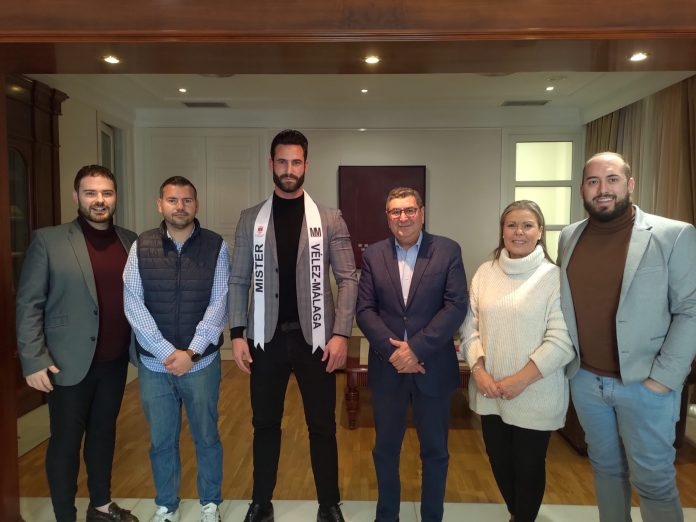 Moreno Ferrer recibe al veleño Alejandro Gil, candidato a Míster Provincia de Málaga