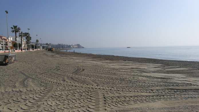Medio Ambiente inicia los trabajos de adecuación de las playas de Rincón de la Victoria de cara a la Semana Santa