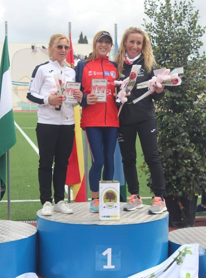 La atleta del Club Atletismo Vélez Mónica Ballesteros logra el cuarto puesto en la Media Maratón de Lucena