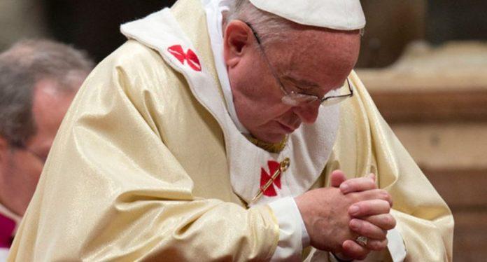 El papa reza ante el crucifijo de la 'Gran Peste' para pedir el fin de la pandemia del coronavirus en todo el mundo