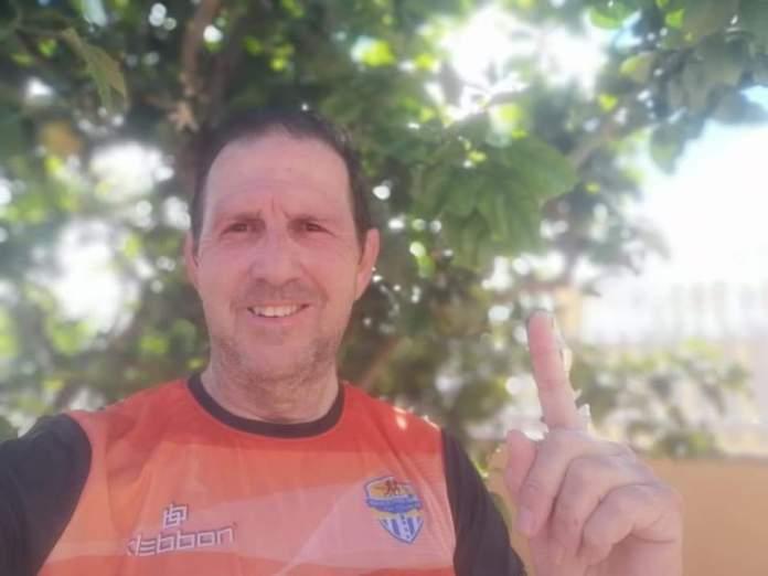 Eduardo Martín homenajea a la Media Maratón de Málaga corriendo sus 21 km en el patio de su casa