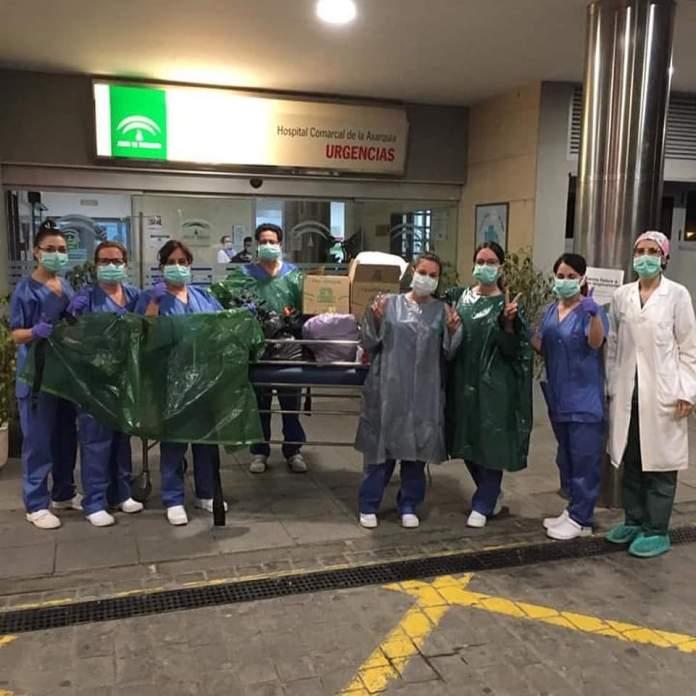 Vecinos de Periana donan mascarillas y batas al Hospital Comarcal de la Axarquía