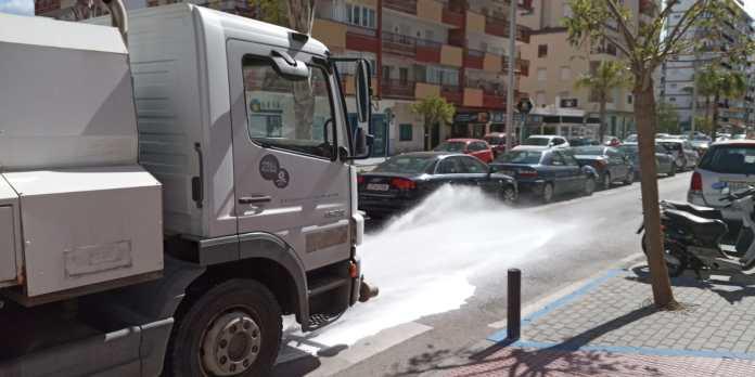 Acción conjunta entre las áreas de Medio Ambiente y Playas para baldear con desinfectante el municipio