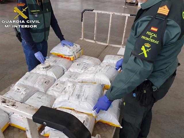 La Guardia Civil interviene 11.000 mascarillas quirúrgicas en el aeropuerto de Gran Canaria