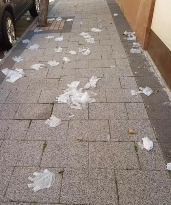 Multa de hasta 900 euros por tirar guantes o mascarillas usados en la calle