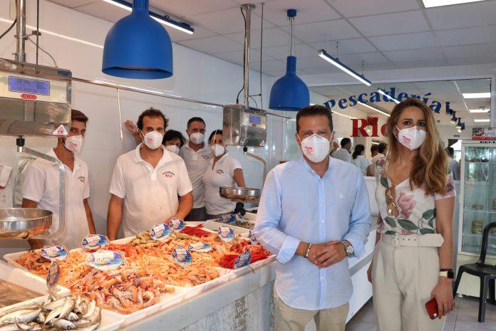 El Ayuntamiento de Torrox reparte un millar de mascarillas FPP2 entre sus pequeños comercios