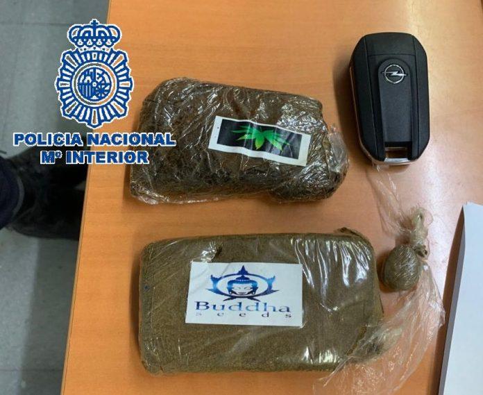 Agentes de la Policía Nacional han detenido en Marbella a dos hombres de 54 y 59 años, ambos de origen británico, por su presunta participación en un delito de tráfico de drogas. L