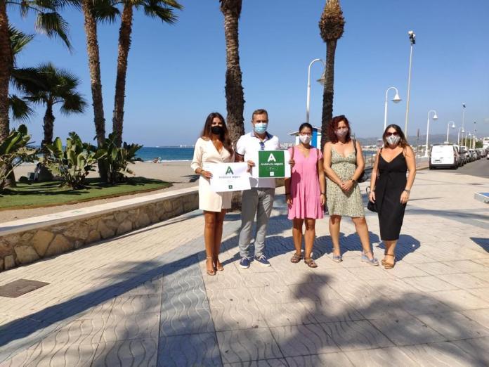 """La delegada territorial anima en Algarrobo a los turistas """"indecisos"""" a disfrutar de las playas malagueñas """"más seguras que nunca"""""""