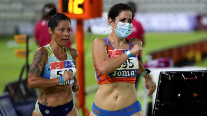 La atleta y médica Elena Díaz compite con mascarilla, algo que apenas se ve en el deporte de élite