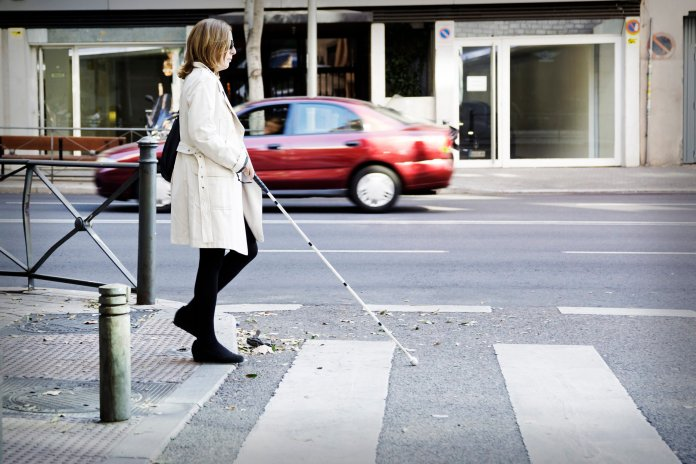 La ONCE se une a la celebración mañana, 15 de octubre, del Día del Bastón Blanco, signo de la movilidad de las personas ciegas en todo el mundo, y lanza una alerta a las autoridades para que las adaptaciones de infraestructuras, edificios y otros espacios que se realicen por razones de la pandemia sean accesibles.