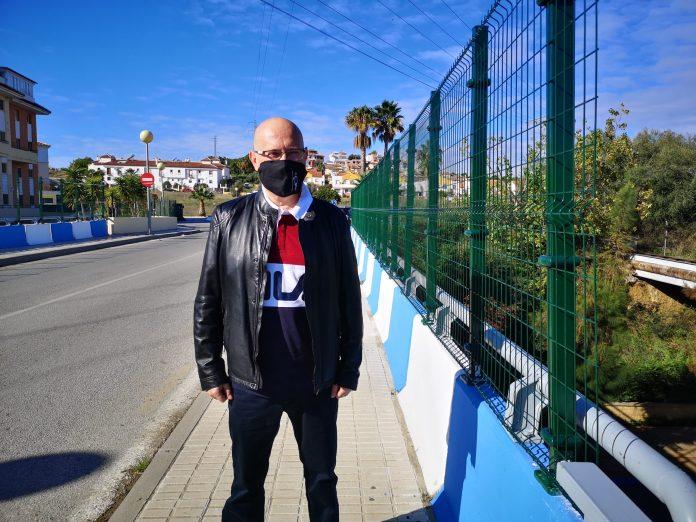 El teniente de alcalde de Torre del Mar, Jesús Pérez Atencia, ha visitado en la mañana de este lunes la travesía que une Viña Málaga con el Cerro del Águila, sobre la avenida Cipriano Maldonado de Torre del Mar.