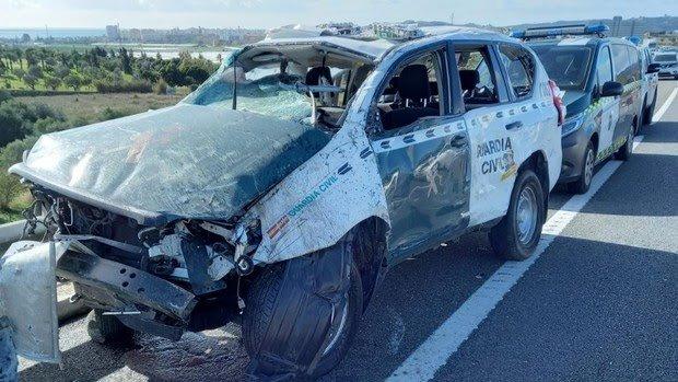 La furgoneta, supuestamente sustraída, ha golpeado al coche de la Guardia Civil, que ha dado varias vueltas de campana. /Guardia Civil.