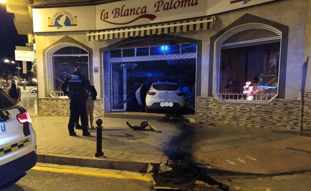 Empotra su coche contra una panadería en Vélez-Málaga y duplica la tasa de alcoholemia