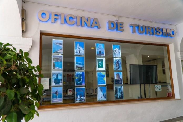 La concejala de Turismo, Gema García, anuncia una campaña informativa a través de las Asociaciones de Empresarios de Nerja y Maro.