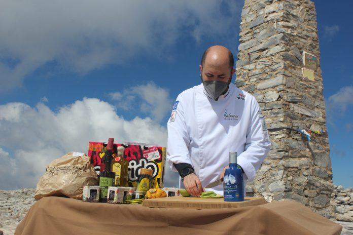 Organizada por el Club Running Playas de Torre del Mar, el chef elaboró un menú saludable elaborado con ingredientes exclusivamente axárquicos en La Maroma, el pico más alto de la provincia de Málaga