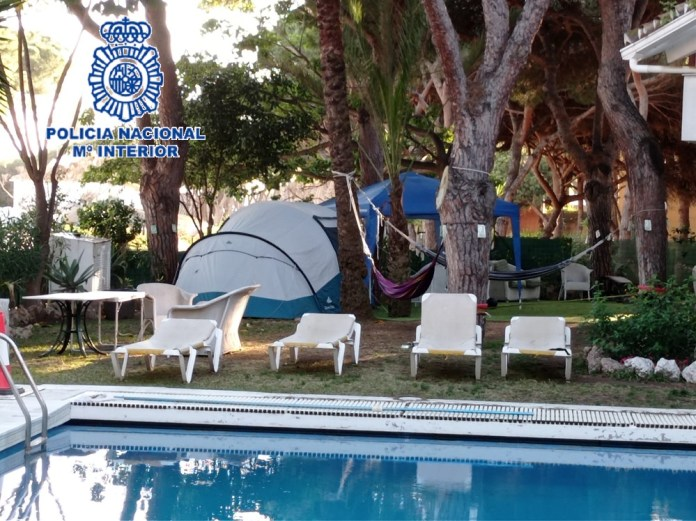 La supuesta agresora, de 44 años y nacionalidad española, resultó arrestada por su presunta implicación en los delitos de resistencia/ desobediencia y atentado a agente de la autoridad.