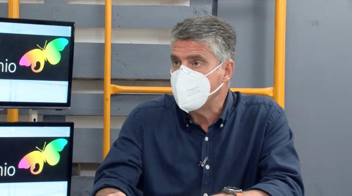 Alberto Armijo, alcalde de Nerja, recomienda usar mascarilla en interiores y exteriores.