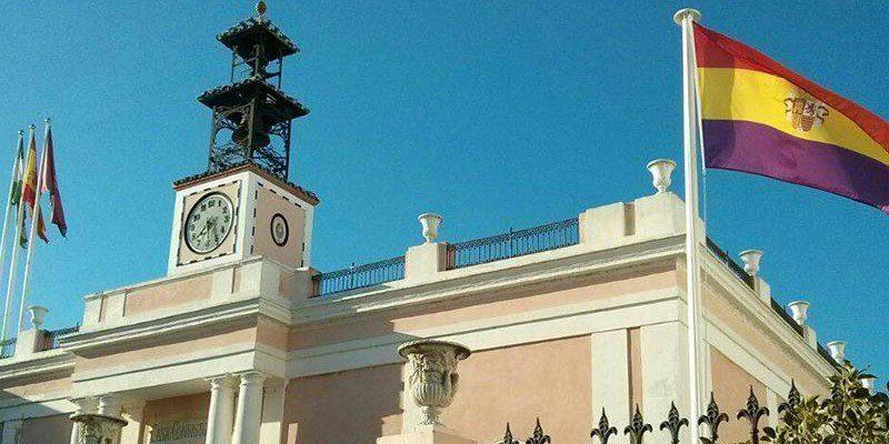 a bandera de la Segunda República, ondeando el pasado año en el Ayuntamiento puertorrealeño / FOTO: @podemos.puertorea