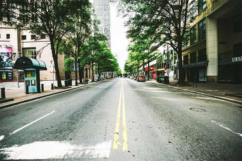 Una calle vacia simboliza el gran encierro que ha traido la pandemia del Sars-CoV-2 COVID19