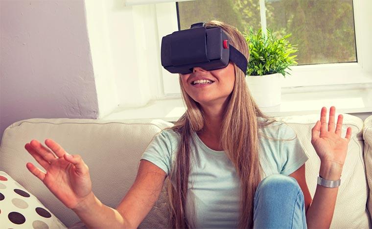 mujer_con_headset_de_realidad_virtual_uso_libre_unsplash.jpg