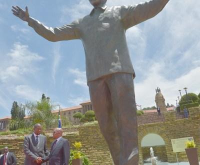 Presentan estatua de Mandela que invita a la unión en Sudáfrica