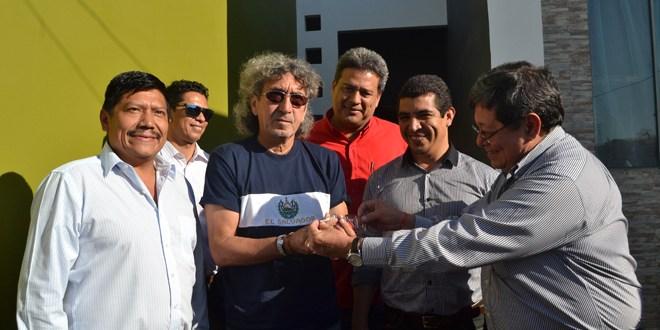 """Fundación ALBA entrega casa al """"Mágico"""""""