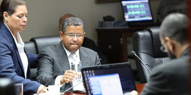 El expresidente Francisco Flores, en el banquillo de los acusados en el Congreso