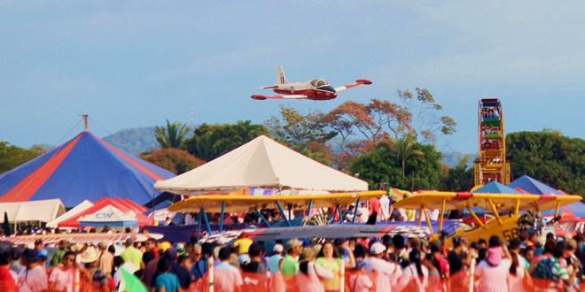 Piruetas, aviones, explosiones y atracción en Ilopango Air Show 2014