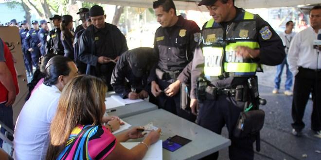 Agentes policiales los primeros en votar