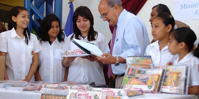 """FMLN: """"paquetes escolares son una gran inversión para construir un mejor futuro del país"""""""