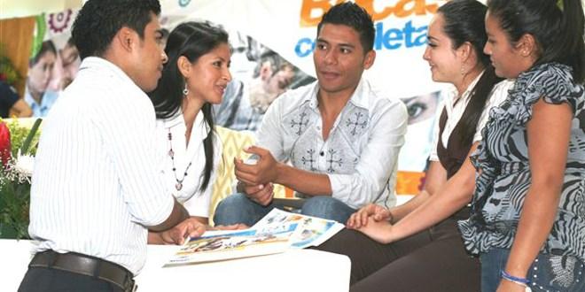 Entregan becas a jóvenes estudiantes  de educación media