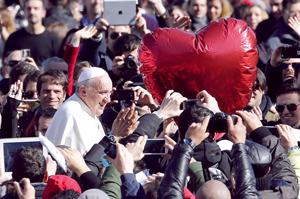 Papa Francisco celebra por primera vez San Valentín