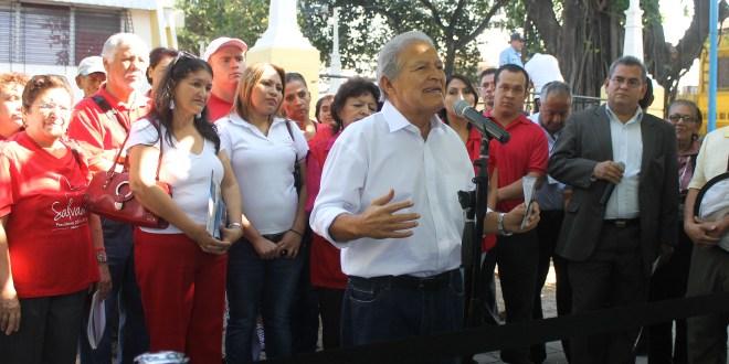 Candidato presidencial del FMLN  continua campaña cercana de la población
