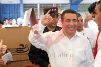 René Portillo Cuadra, candidato a la vicepresidencia por ARENA, muestra su dedo pintado, luego de votar en el Centro Escolar Concha Viuda de Escalón. Foto Diario Co Latino / Juan Carlos