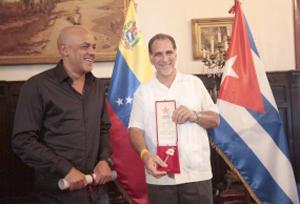 Antiterrorista cubano recibe las Llaves de Caracas