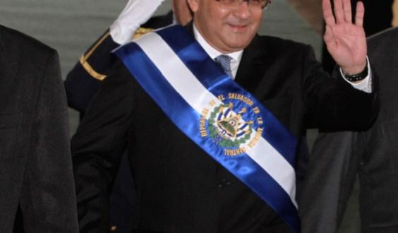 Presidente Funes es ovacionado en ceremonia de toma de presidencial