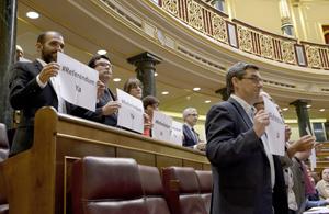 Diputados españoles aprueban la abdicación del rey pese a peticiones de referéndum