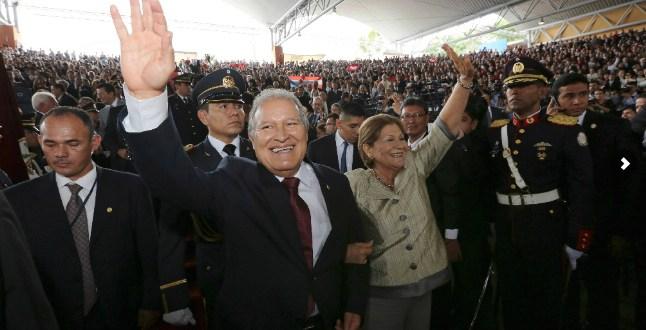 """Con la frase """"el pueblo unido, jamás será vencido"""" fueron recibidos el nuevo presidente y vicepresidente de El Salvador"""