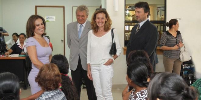 """""""Ciudad Mujer"""" recibe visita de representante de gobierno de Francia"""