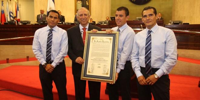 Tripleta arbitral recibe Distinción Honorífica