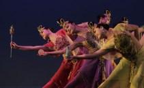Las bailarinas se movieron con la gracia de los árboles y las nubåes que son llevados por el viento