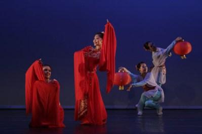 El color rojo simboliza la buena suerte. Estas bailarinas utilizan dicho color en sus trajes, mientras sus compañeras utilizan el celeste, tas ellas el escenario púrpura contrasta sus formas