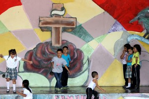 Niños juegan en la casa comunal. Foto Diario Co Latino/ Rodrigo Sura.