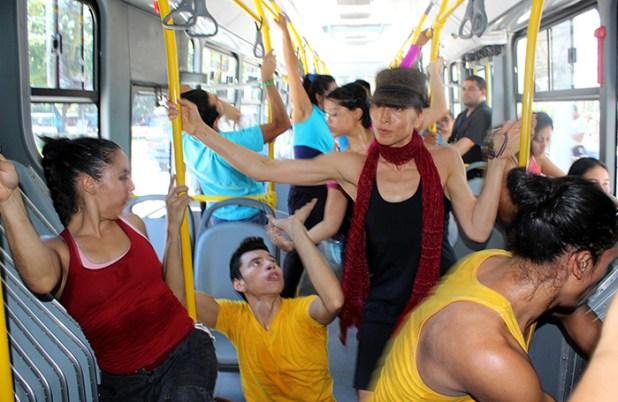 La artista Nejla Yatkin (de gorra) representa una pieza artística juntos a bailarines y artistas independientes de nuestro país dentro de una de las unidades del SITRAMSS.  Foto Diario Co Latino/ Guillermo Martínez
